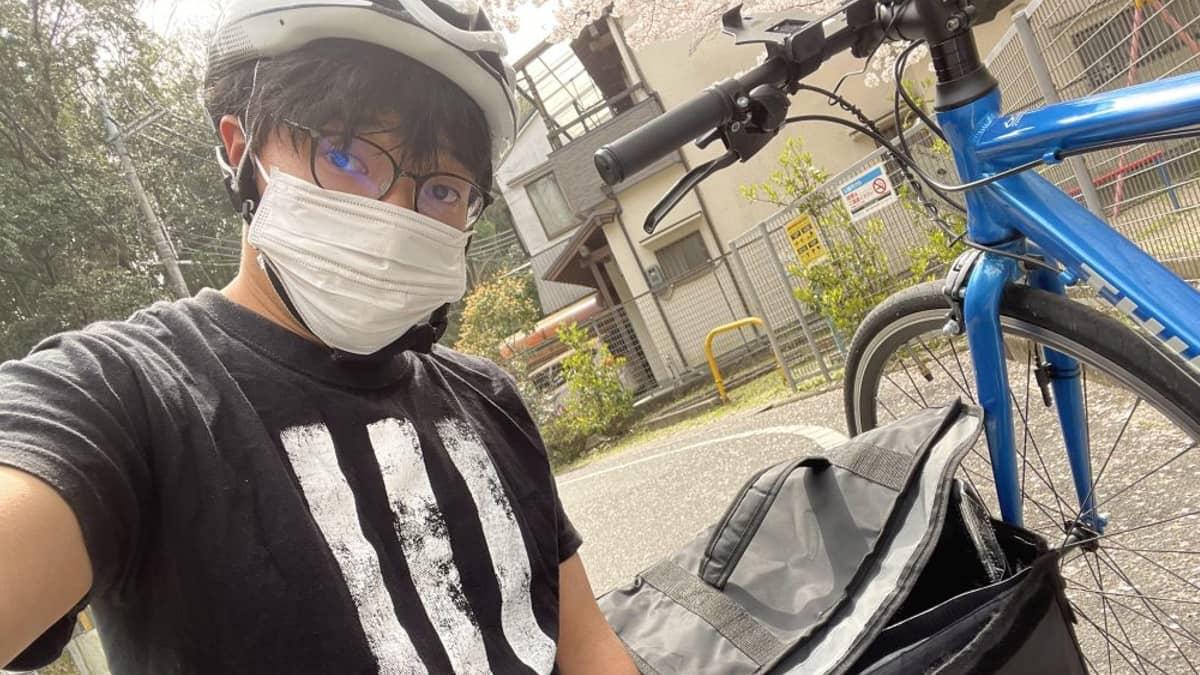 ウーバーイーツ大阪で配達する筆者の写真