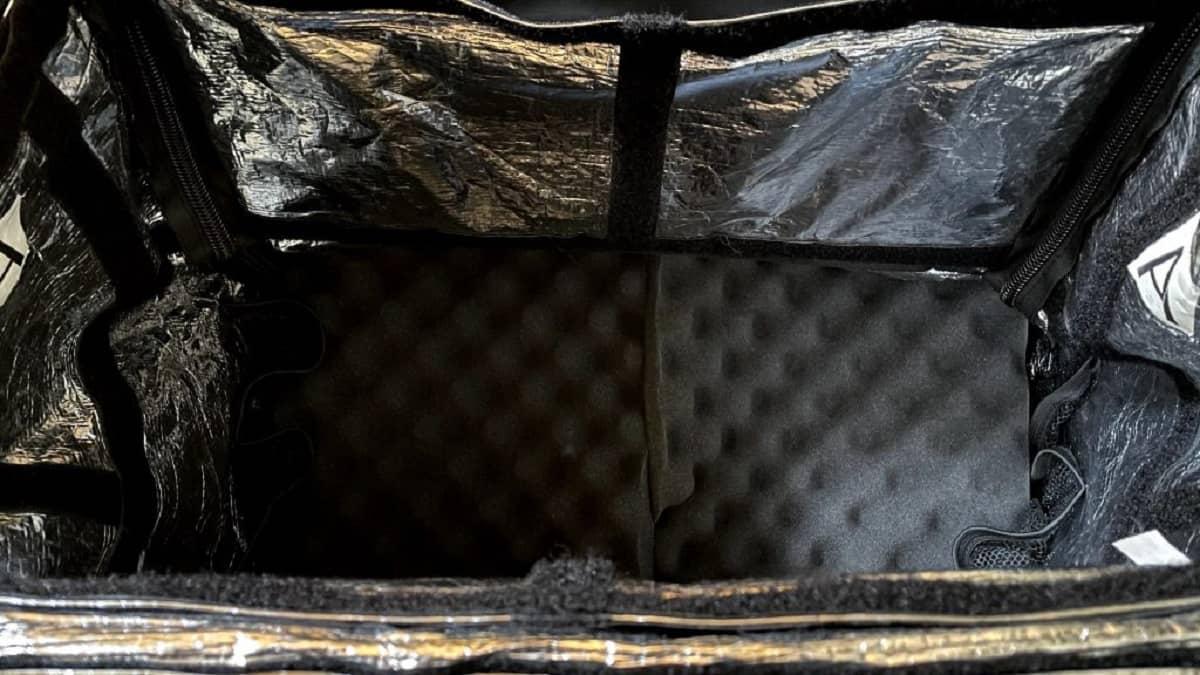 おすすめの緩衝材(ウレタンフォーム)を配達バッグの底面に敷き詰めた画像