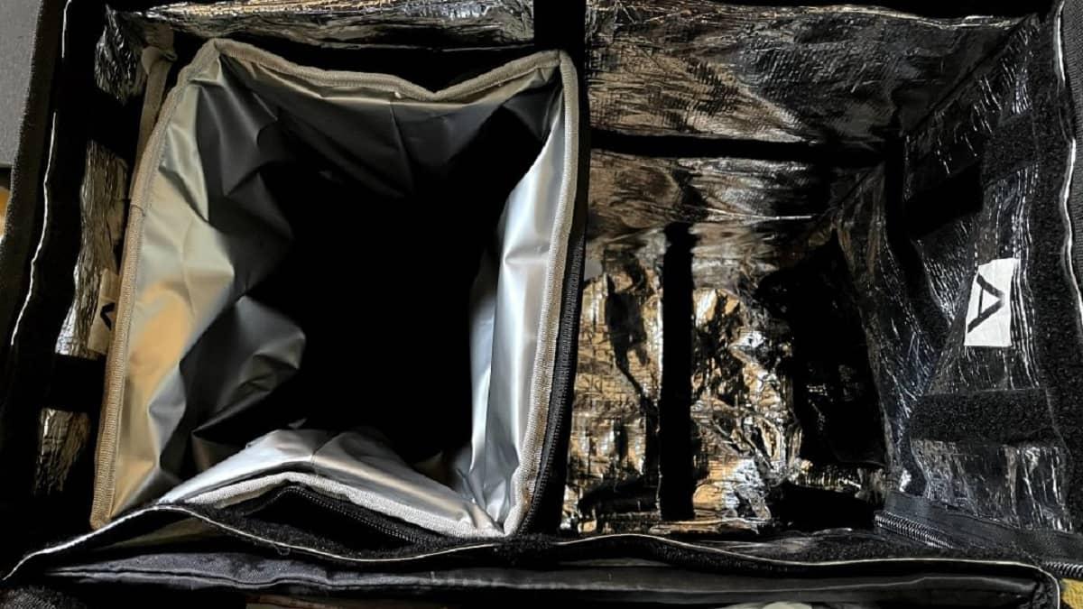 便利グッズTHERMOS(サーモス)のソフトタイプクーラーボックスを配達バッグの中に入れた画像