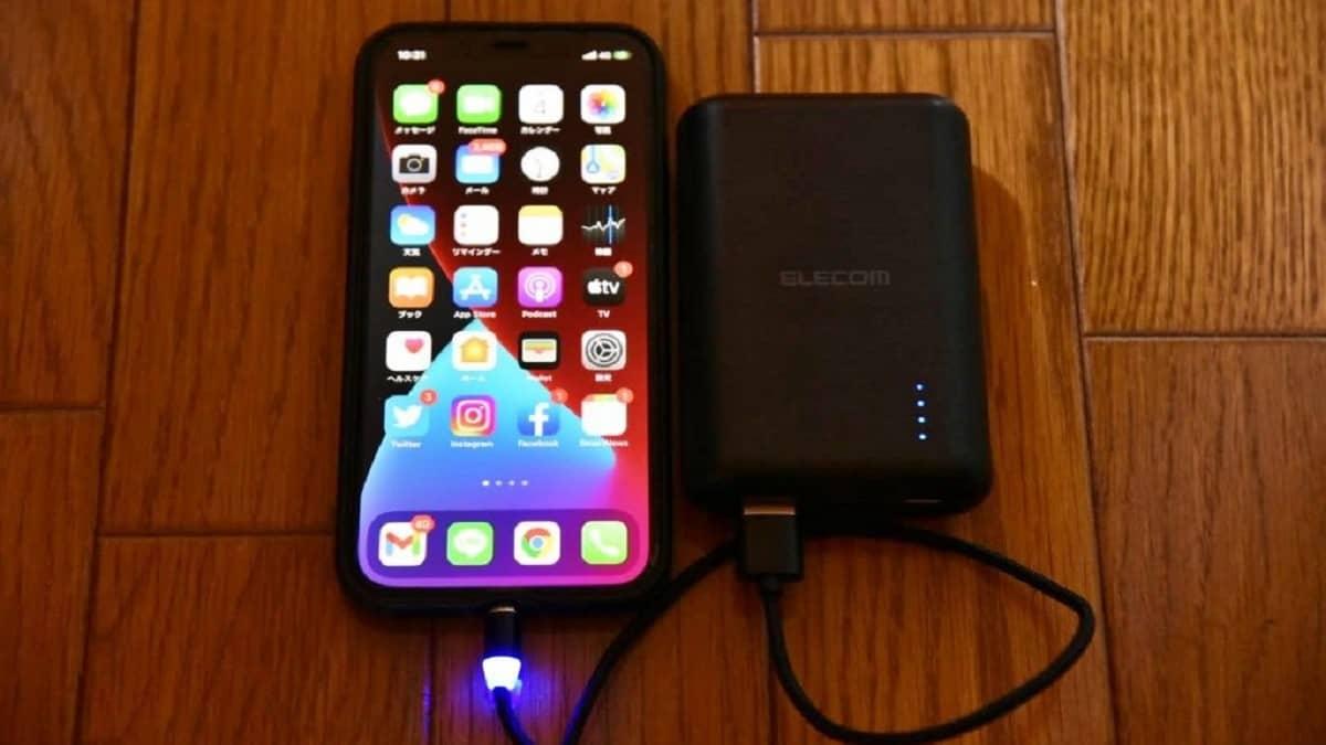 便利グッズ、マグネット式充電ケーブルで充電中の画像