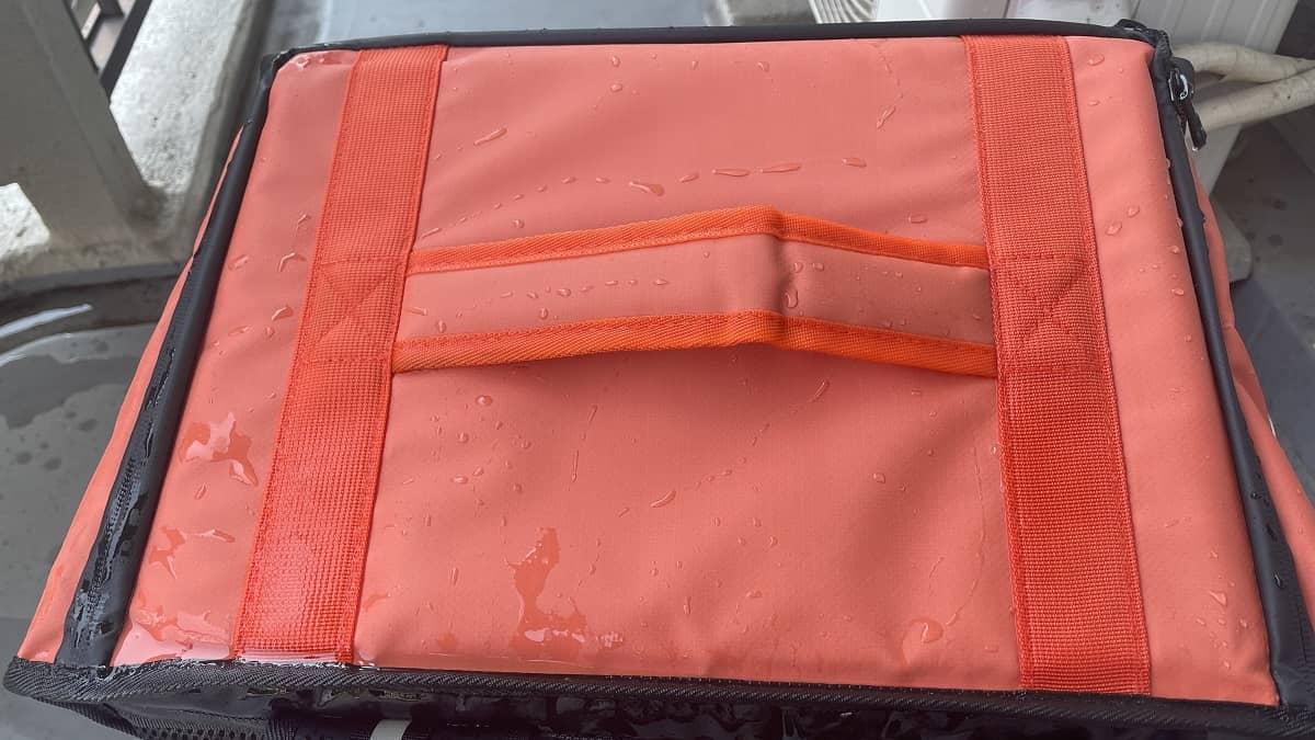 DiDiフード配達バッグに水をかけ終わった(防水性チェック)様子の画像