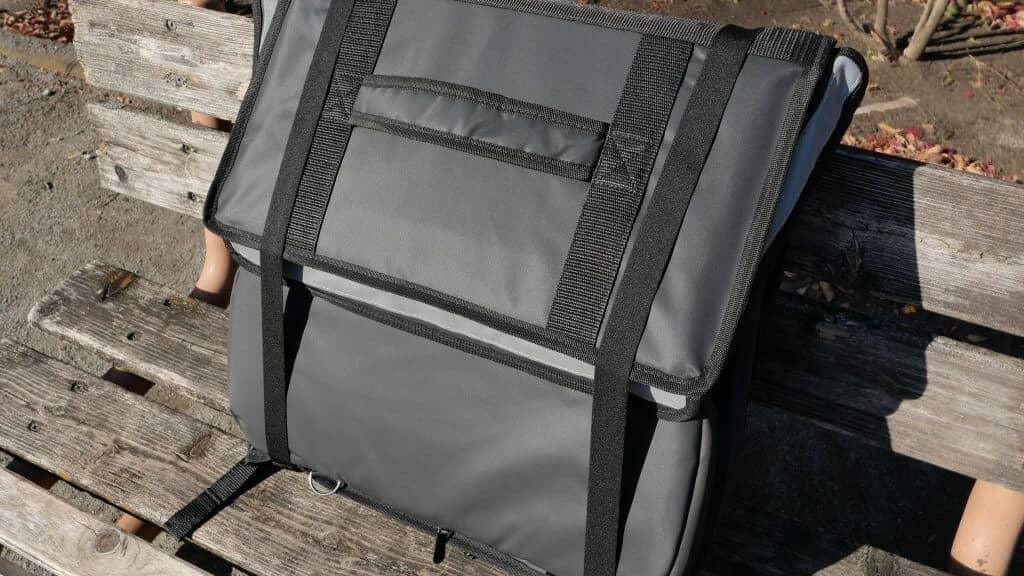 ウーバーイーツのバッグ到着時は畳まれている