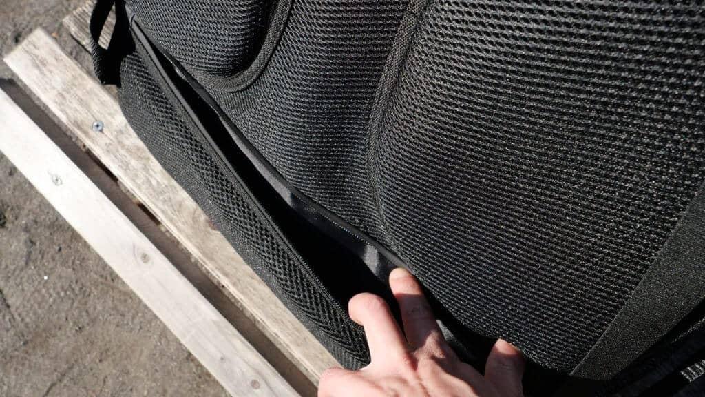 ウーバーイーツのバッグ装備背面部に隠しポケット