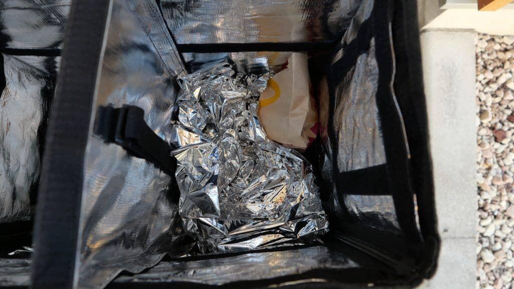 ウーバーイーツバッグ内のサバイバルシートを使った固定方法